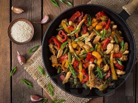 Бързо и вкусно пържено пиле от гърди на тиган със соев сос и зеленчуци - червени и жълти чушки, пресен лук, зелен боб (фасул) от буркан / консерва - снимка на рецептата